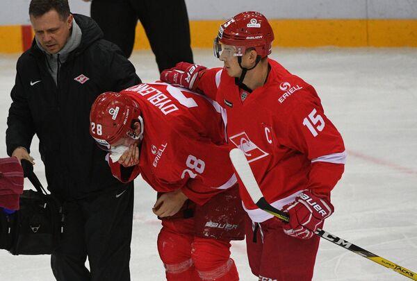 Защитник ХК Спартак Ярослав Дыбленко (второй справа)