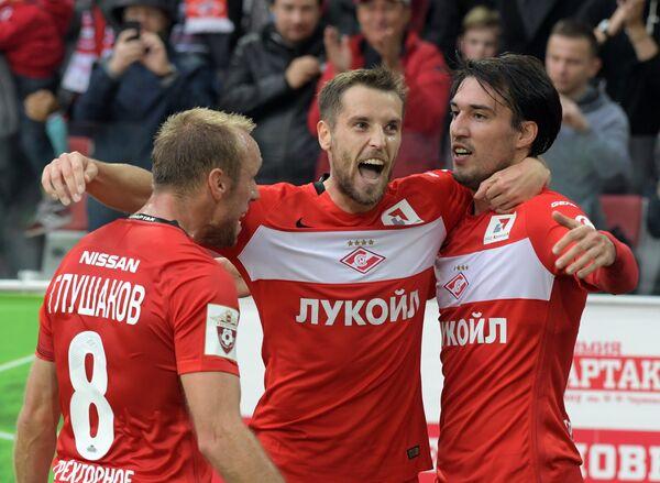 Футболисты Спартака Денис Глушаков, Дмитрий Комбаров и Ивелин Попов (слева направо)