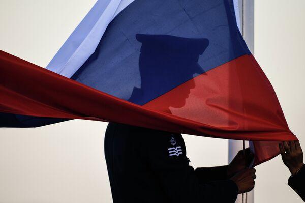 Поднятие флага России