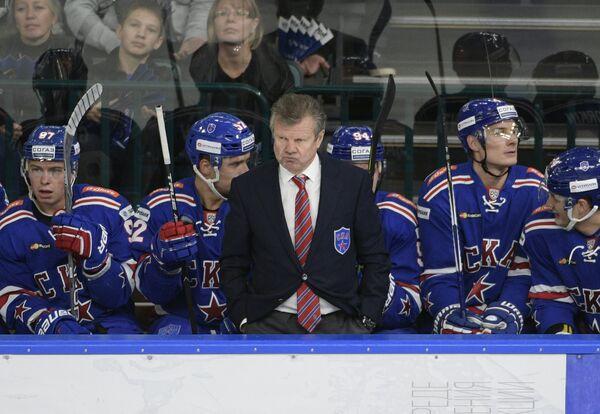 Исполняющий обязанности главного тренера СКА Пётр Воробьёв и хоккеисты клуба