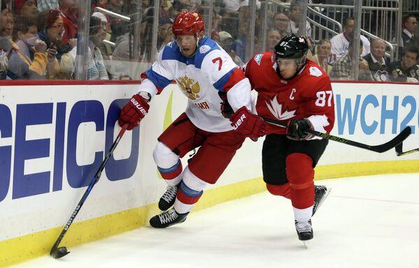 Защитник сборной России Дмитрий Куликов (слева) и форвард сборной Канады Сидни Кросби