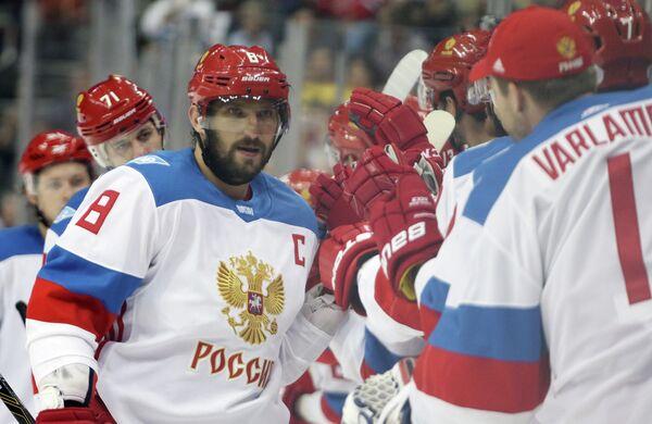 Хоккеисты сборной России Александр Овечкин (слева) и Семен Варламов