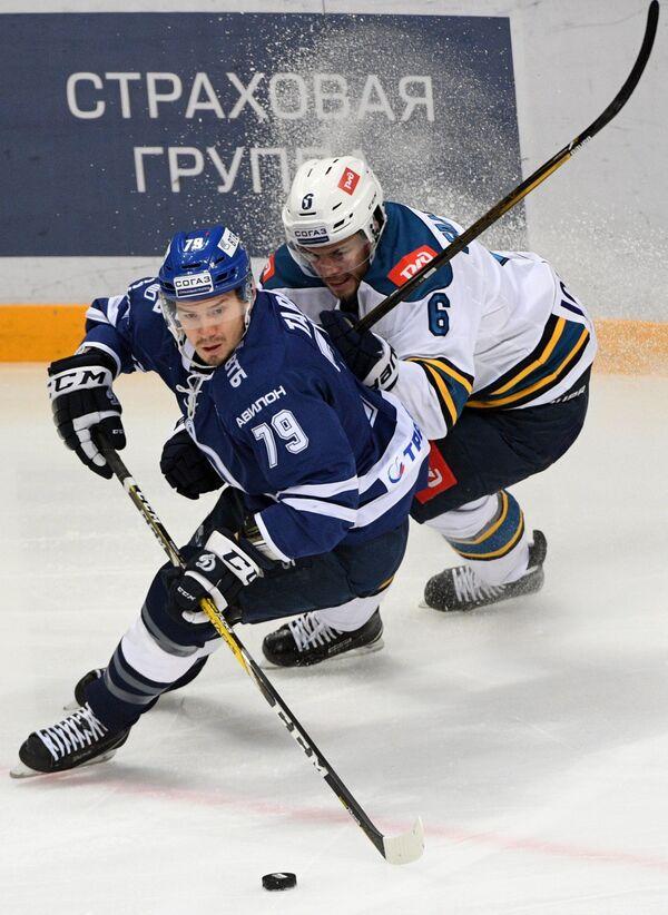 Нападающий Динамо Даниил Тарасов (слева) и защитник Сочи Оскар Фантенберг