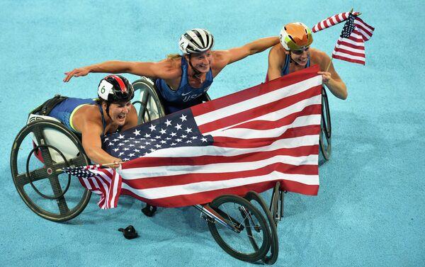 Паралимпийские игры 2016. Слева направо: Челси МакКлэймер (США), Татьяна МакФэдден (США) и Аманда МакГрори (США) после финиша в забеге на 500 метров