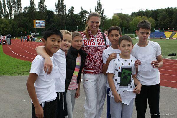 Трехкратный призер Олимпийских игр и восьмикратная чемпионка мира бегунья Наталья Назарова (в центре)
