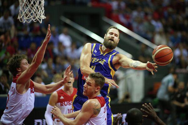 Баскетболисты сборной России Дмитрий Кулагин, Андрей Зубков и форвард сборной Швеции Том Лиден (слева направо)