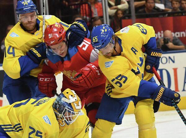 Нападающий сборной России Владимир Тарасенко (в центре)