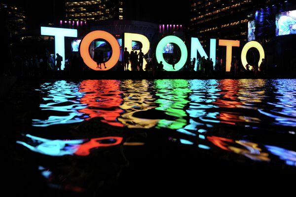 Знаменитый трехмерный знак Торонто на площади Нейтана Филипса