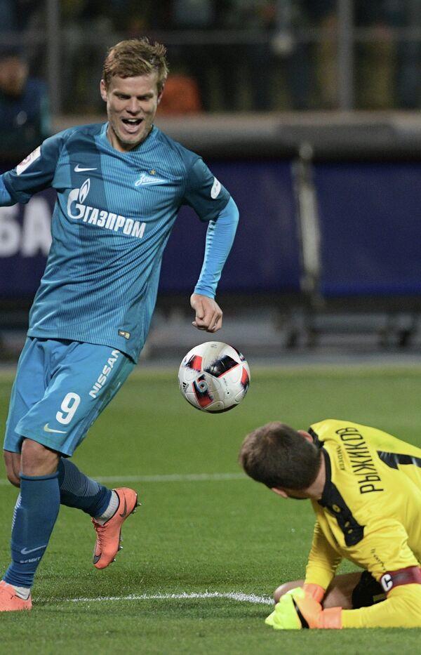 Игрок Зенита Александр Кокорин (слева) и вратарь Рубина Сергей Рыжиков