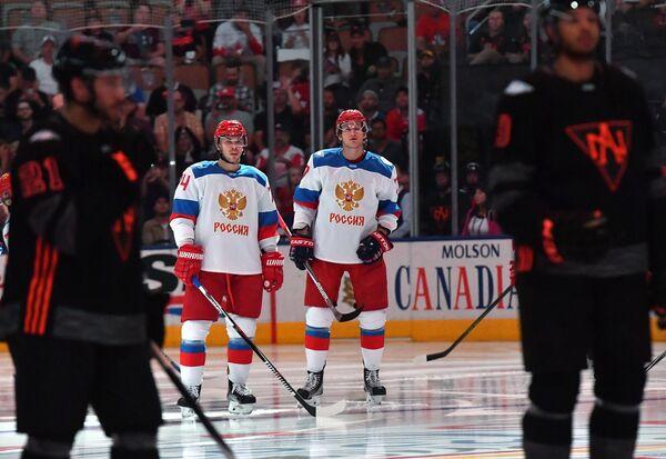 Хоккеисты сборной России Алексей Емелин и Иван Телегин (справа)