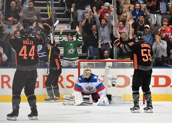 Хоккеисты сборной Северной Америки U23 радуются заброшенной шайбе