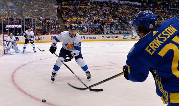 Форвард сборной Финляндии Валттери Фильппула и нападающий сборной Швеции Луи Эрикссон (справа)
