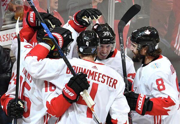 Хоккеисты сборной Канады радуются заброшенной шайбе