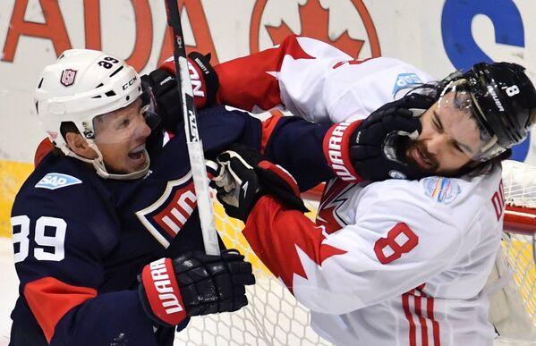 Нападающий сборной США Джастин Абделькадер и защитник сборной Канады Дрю Даути (слева направо)
