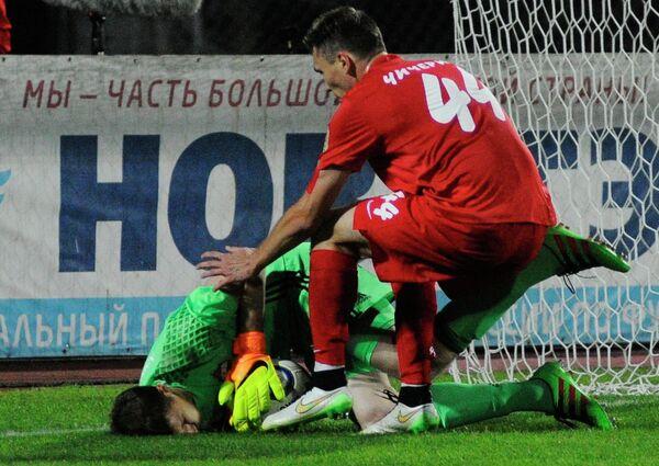 Вратарь ЦСКА Сергей Чепчугов (слева) и защитник Енисея Никита Чичерин