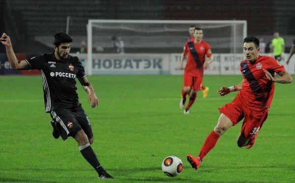 Защитник ЦСКА Муталип Алибеков (слева) и нападающий Енисея Артур Малоян