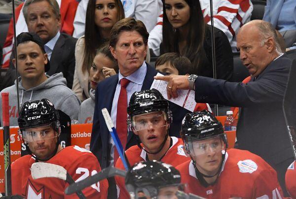 Главный тренер сборной Канады Майк Бэбкок (в центре)