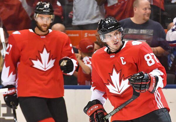 Хоккеисты сборной Канады Сидни Кросби (справа) и Алекс Пьетранджело
