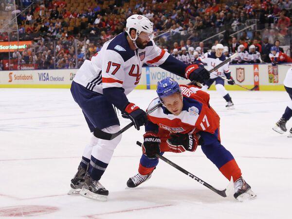 Нападающие сборной США Райан Кеслер (слева) и сборной Чехии Владимир Соботка