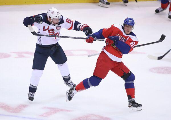 Нападающие сборной США Джастин Абделкейдер и сборной Чехии Алеш Гемски (слева направо)