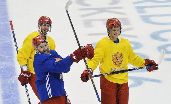 Хоккеисты сборной России Никита Нестеров, Никита Кучеров и Владислав Наместников (слева направо) на тренировке