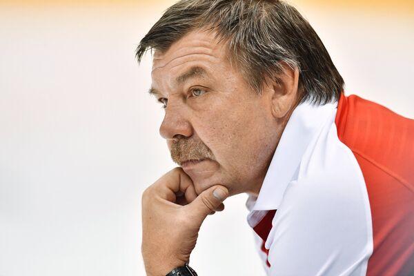 Главный тренер сборной Россиии по хоккею Олег Знарок на тренировке