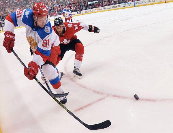 Нападающий сборной России Владимир Тарасенко (слева)