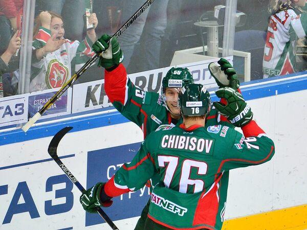 Хоккеисты Ак Барса Владимир Ткачев и Андрей Чибисов (слева направо)