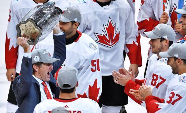 Главный тренер сборной Канады Майк Бэбкок (слева) после победы в финале Кубка мира по хоккею