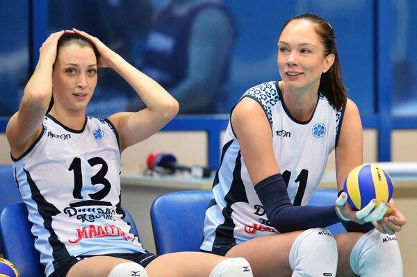 Игроки  ВК Динамо-Казань Евгения Старцева и Екатерина Гамова (справа)