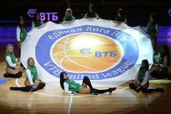 Участницы группы поддержки БК УНИКС перед началом матча Единой Лиги ВТБ