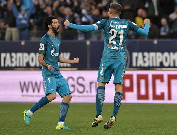 Футболисты Зенита Луиш Нету (слева) и Хави Гарсия радуются забитому голу