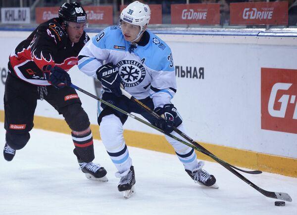 Защитник Авангарда Никита Никитин (слева) и нападающий Сибири Степан Санников