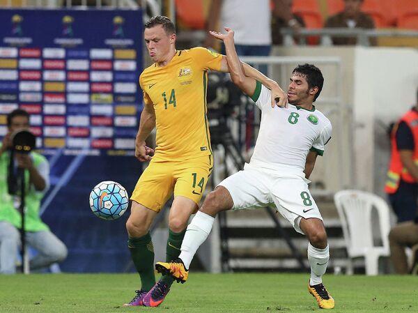 Защитник сборной Австралии Брэд Смит (слева) и полузащитник сборной Саудовской Аравии Сулейман Аль-Шехри