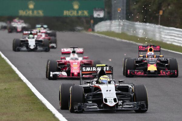 Пилот команды Формулы-1 Форс Индия Серхио Перес (на первом плане)