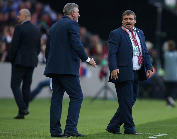 Главный тренер сборной Коста-Рики Оскар Рамирес (справа)