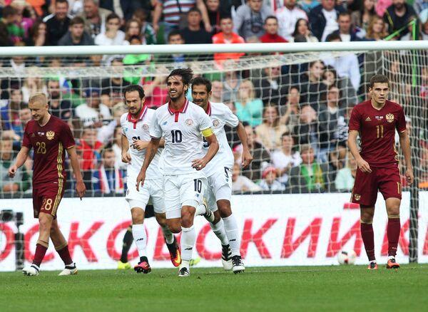 Футболисты сборной Коста-Рики Маркос Уренья, Брайан Руис и Сельсо Борхес (слева направо на первом плане) радуются забитому голу