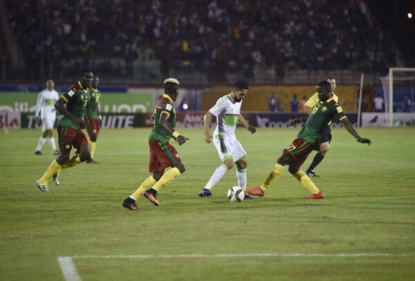 Игровой момент матча Алжир - Камерун