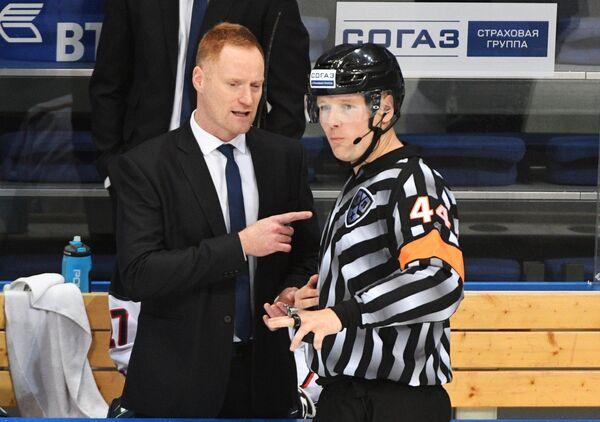 Главный тренер Медвешчака Горди Дуайер (слева) и главный судья матча Йозеф Кубуш