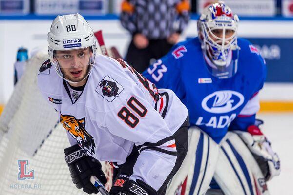Нападающий Амура Томаш Зогорна (справа) и голкипер Лады Илья Ежов