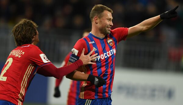 Защитники ЦСКА Марио Фернандес (слева) и Василий Березуцкий радуются забитому голу