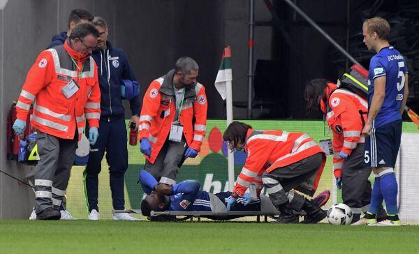 Доктора оказывают помощь нападающему Шальке Брилю Эмболо