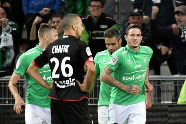 Форвард Сент-Этьена Нолан Ру (справа) радуется забитому голу в матче с Дижоном