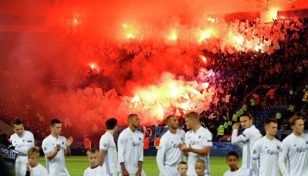 Болельщики Копенгагена жгут пиротехнику во время матча против Лестера