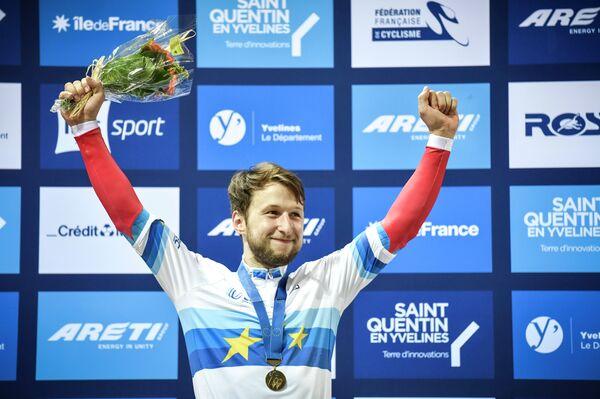 Российский велогонщик Павел Якушевский во время церемонии награждения после победы в индивидуальном спринте на чемпионате Европы