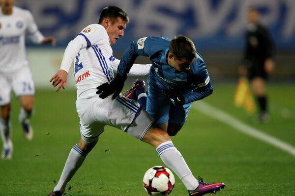 Защитник ФК Оренбург Андрей Малых (слева) и полузащитник ФК Зенит Роберт Мак