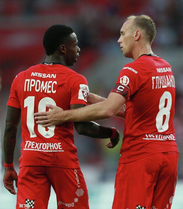 Игроки Спартака Куинси Промес (слева) и Денис Глушаков