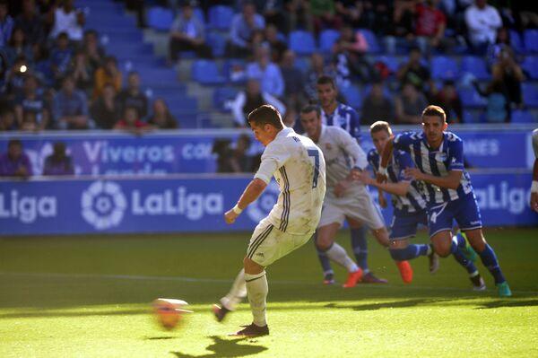 Нападающий Реала Криштиану Роналду забивает пенальти в ворота Алавеса