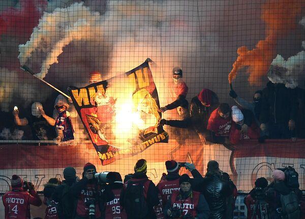Болельщики на трибунах в матче 12-го тура чемпионата России по футболу