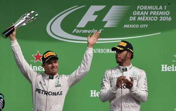 Пилоты Мерседеса Нико Росберг и Льюис Хэмилтон (слева направо) на подиуме Гран-при Мексики